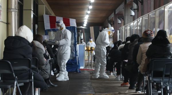 0시 기준 코로나19 신규확진자 665명으로 사흘 연속 600명대를 기록한 10일 오후 서울 송파구 보건소 코로나19 선별진료소에서 시민들이 검사를 받기 위해 기다리고 있다. ⓒ뉴시스·여성신문