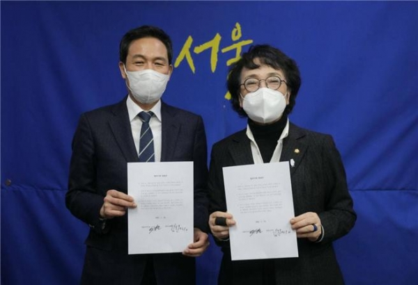 김진애, 우상호 후보가 12일 서울시장 재보궐 선거 후보단일화 추진 합의문 작성했다 ⓒ김진애 의원실
