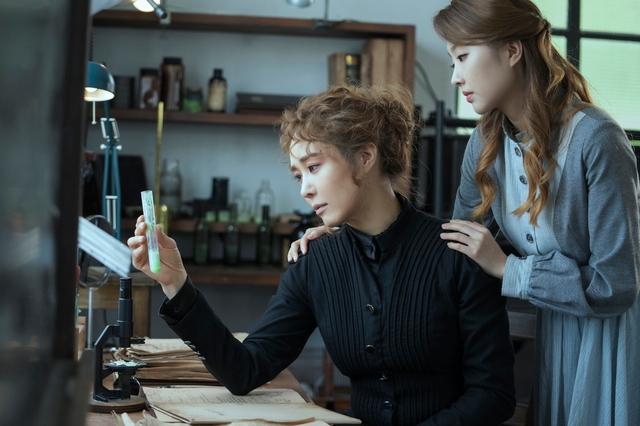 주인공 '마리 퀴리' 역을 맡은 배우 옥주현과 '안느 코발스키' 역을 맡은 배우 이봄소리. ⓒ라이브
