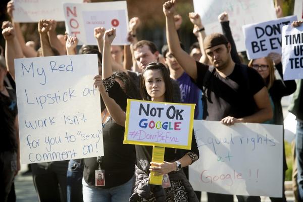 2018년 11월, 미국 캘리포니아주 마운틴 뷰에 있는 구글 본사 직원들이 회사에 만연한 성추행과 고위직의 성적 부적절 행동에 회사가 미온적으로 대응한다며 1일 파업과 항의시위를 벌이는 모습. ⓒ뉴시스·여성신문