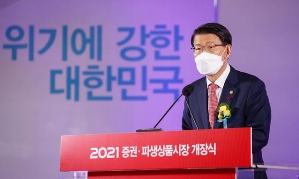 은성수 금융위원장이 4일 오전 서울 여의도 한국거래소 서울사옥 신관로비에서 열린 2021 증권·파생상품시장 개장식에 참석해 개장치사를 하고 있다. ⓒ금융위원회