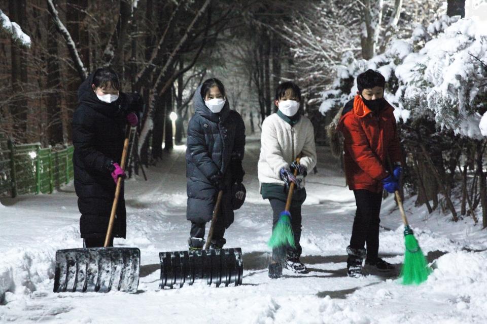 갑작스런 폭설이 내린 13일 오후 경기도 성남시에 위치한 한 아파트 인근에서 제설작업 인력부족으로 아이들도 함께 제설 도움을 주고 있다. ⓒ홍수형 기자
