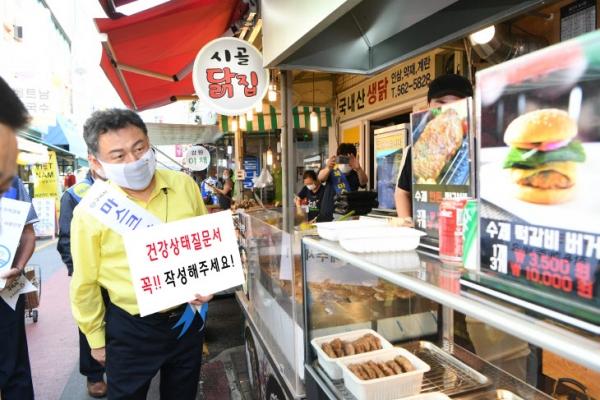 안승남 구리시장이 건강상태질문서 작성 캠페인을 홍보하는 모습. 사진=구리시