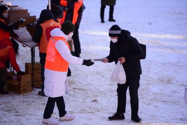 8일 옛 계성여중고 운동장에서 명동밥집 관계자가 노숙인에게 도시락을 나눠주고 있다. ⓒ서울대교구