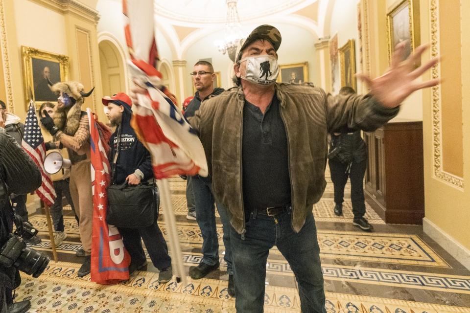 6일(현지시간) 미 국회의사당에 난입한 도널드 트럼프 대통령 지지자들이 상원 앞 복도를 점거하고 있다. ⓒAP·여성신문