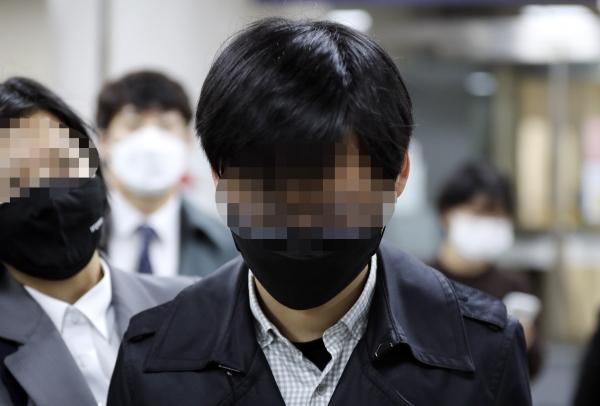 서울시 전 비서실 직원 A 씨가 22일 서초구 서울중앙지법에서 열린 '서울시장 비서 성폭력' 혐의 관련 1차 공판을 마친 뒤 법원을 빠져 나가고 있다. ⓒ여성신문·뉴시스