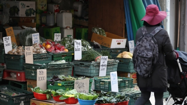 서울 중랑구의 한 시장에서 시민이 채소가게를 지나고 있다. ⓒ뉴시스