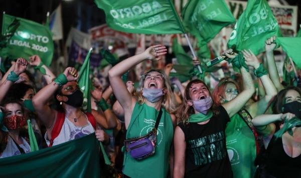 아르헨티나 상원 건물 밖 낙태 합법화 법안 통과에 환호하는 사람들. ⓒAP·뉴시스