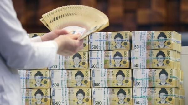 서울 중구 하나은행에서 관계자가 원화를 들어 보이고 있다.  ⓒ뉴시스