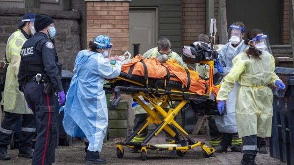 캐나다 토론토에서 구급대원, 소방관, 경찰이 부상자를 이송하고 있다. ⓒAP∙뉴시스