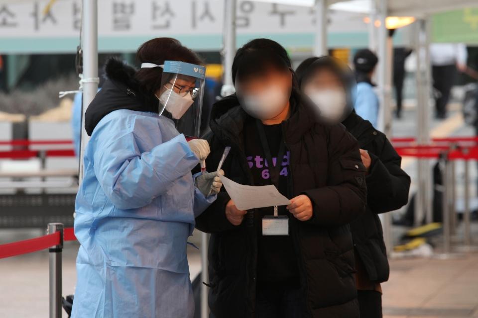 15일 오후 서울 중구 서울시청 앞 선별진료소에서 시민들은 코로나19 검사를 받고 있다. ⓒ홍수형 기자