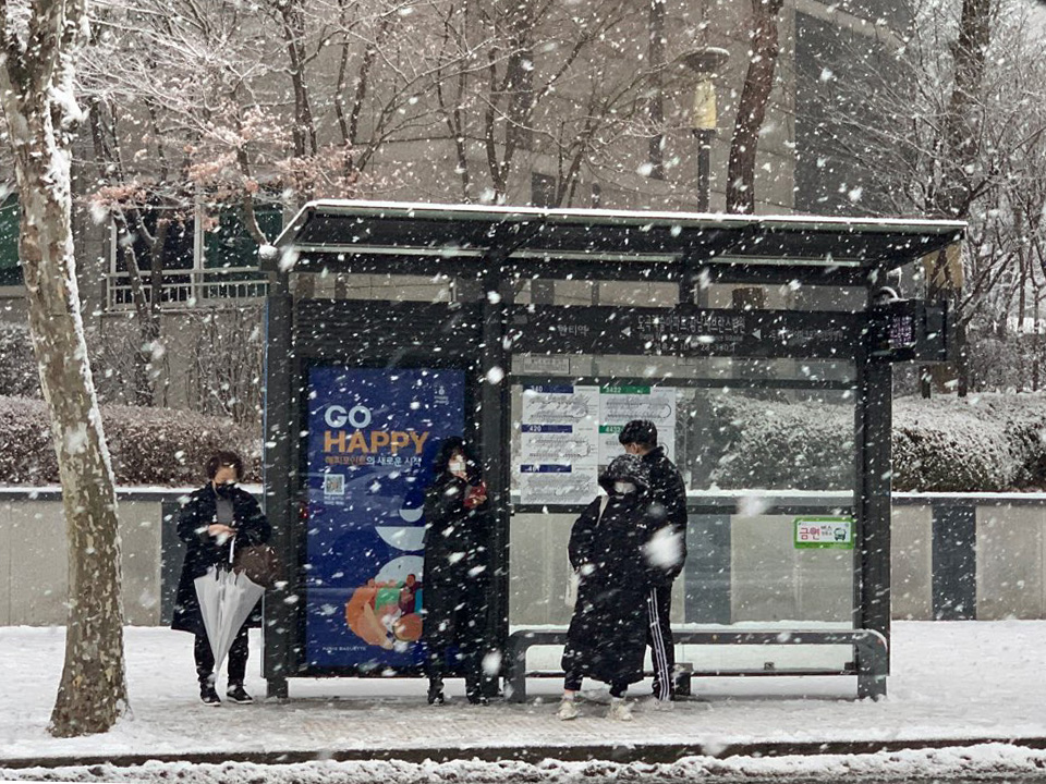 12일 오후 서울 강남구에 위치한 한 정류장에는 시민들은 눈을 피하며 버스를 기다리고 있다. ⓒ홍수형 기자