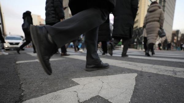 4일 오전 서울 종로구 광화문 광장 인근에서 두꺼운 옷을 입은 시민들이 횡단보도를 건너고 있다. ⓒ뉴시스