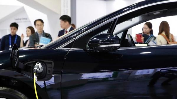 서울 강남구 코엑스 인터배터리 2019 전시회에서 관람객들이 LG 화학의 배터리 제품을 살펴보고 있다.  ⓒ뉴시스