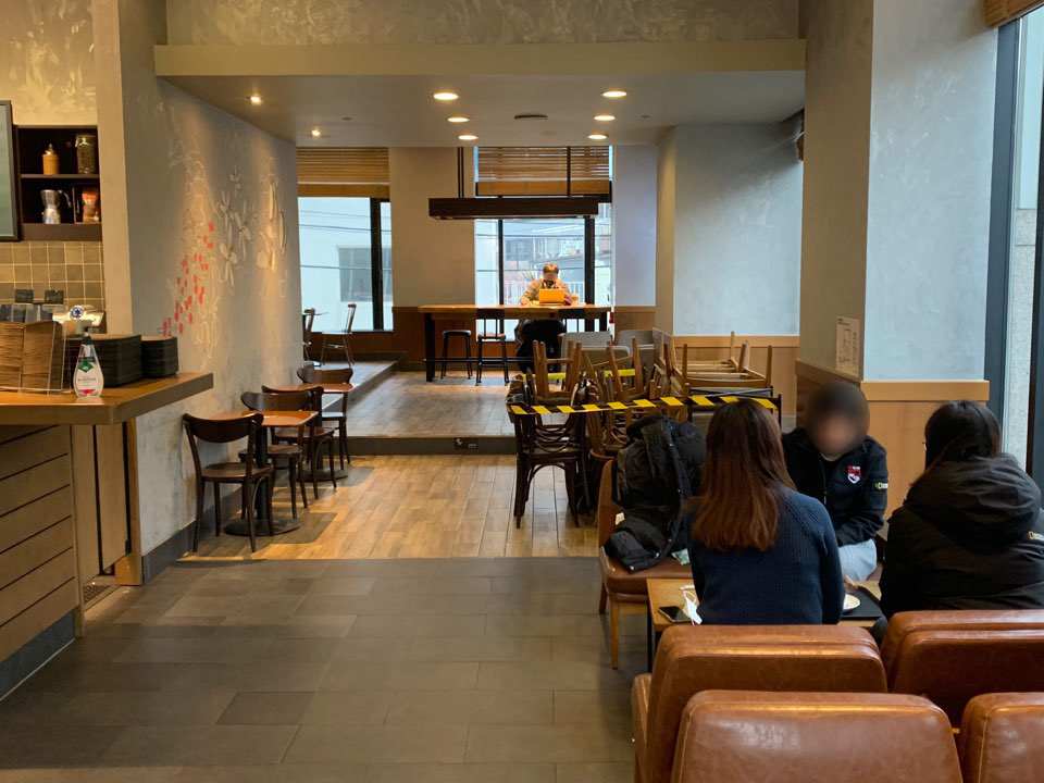 18일 오전 서울 서대문구에 위치한 한 프렌차이즈 카페에서 새 방역조치가 시행되며 매장에서 취식이 허용됬다. ⓒ홍수형 기자
