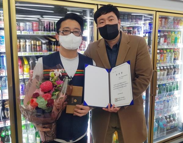 경영주 김규범 씨와 이정한 세븐일레븐 강남지사장 ⓒ세븐일레븐