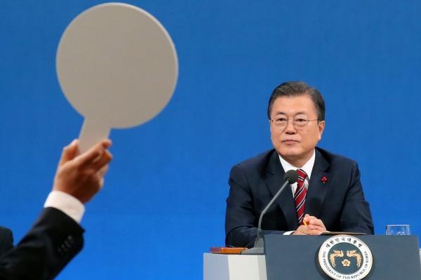 문재인 대통령이 18일 오전 청와대 춘추관에서 온·오프 혼합 방식으로 열린 '2021 신년 기자회견'에 참석해 질문자를 바라보고 있다. ⓒ여성신문·뉴시스