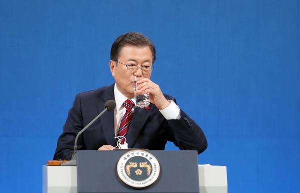 문재인 대통령이 18일 오전 청와대 춘추관에서 온·오프 혼합 방식으로 열린 '2021 신년 기자회견'에 참석해 취재진의 질문에 답변 후 물을 마시고 있다. ⓒ여성신문·뉴시스