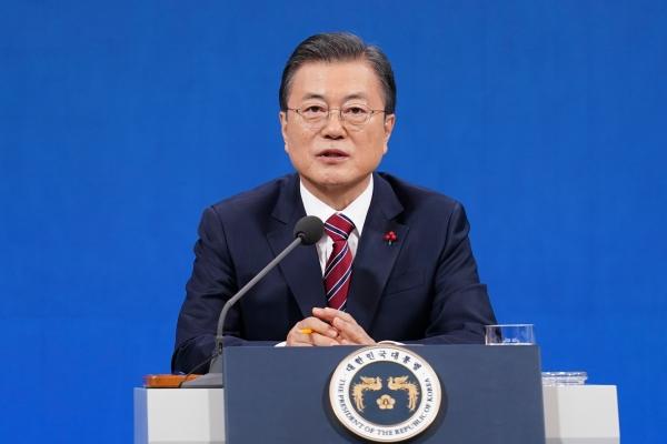 18일 문재인 대통령이&nbsp;오전 청와대 춘추관에서 신년 기자회견을 열고 있는 모습이다.&nbsp; ⓒ뉴시스·여성신문<br>
