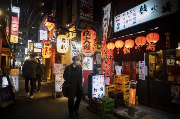 8일 일본 도쿄도의 술집 앞을 한 남성이 코로나19 감염 예방을 위해 마스크를 착용한 채 걷고 있다. ⓒ뉴시스·여성신문