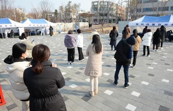 시민들이 18일 오전 울산 북구 화봉공원에 마련된 임시 선별진료소에서 코로나19 검사를 위해 대기하고 있다. ⓒ뉴시스·여성신문