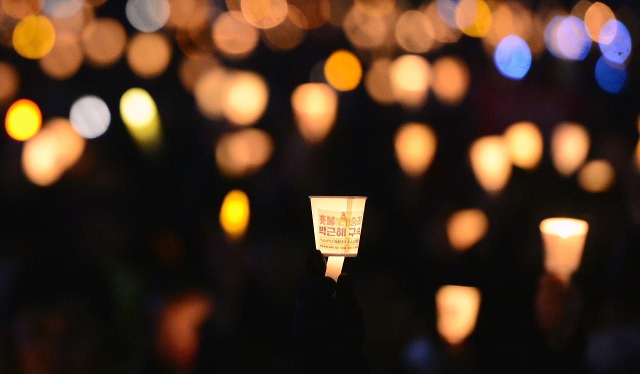 헌법재판소가 박근혜 전 대통령에 대한 탄핵을 인용 결정한 10일 오후 서울 종로구 광화문광장 일대에서 열린 탄핵축하 촛불집회에서 시민들이 촛불을 들고 환호하고 있다. 2017.03.10. ⓒ뉴시스·여성신문