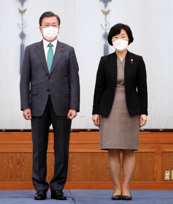 문재인 대통령이 12월 29일 청와대 본관에서 열린 신임 국무위원 임명장 수여식에 참석해 정영애 여성가족부 장관에게 임명장을 수여했다.