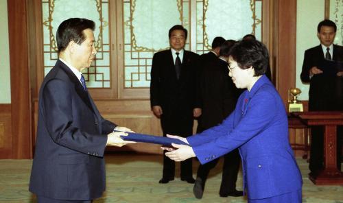 2001년 1월29일 정부 사상 첫 여성부가 출범했다. 초대 장관으로 임명된 한명숙 여성부 장관이 1월29일 청와대에서 김대중 대통령으로부터 임명장을 받는 모습. ⓒ문화체육관광부