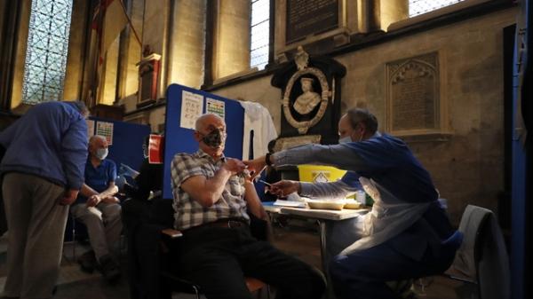 20일 영국 솔즈베리의 솔즈베리 대성당에서 한 남성이 백신 접종을 받고 있다. ⓒAP∙뉴시스