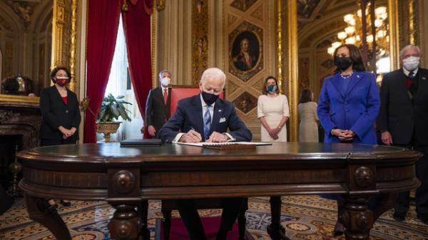20일 조 바이든 대통령이 워싱턴 의사당에서 열린 취임식 후 미국 대통령실에서 취임 선언문, 내각 지명서, 하위 내각 지명서 등 3개 문서에 서명하고 있다. ⓒAP∙뉴시스