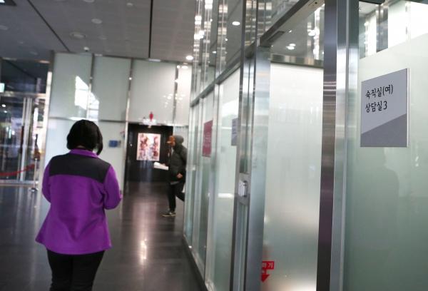 12일 서울시청 1층 로비에 마련된 여성 숙직실 앞을 직원들이 지나가고 있다. ⓒ이정실 여성신문 사진기자