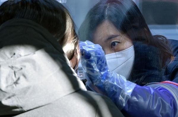 20일 오전 대구 동구 보건소 코로나19 선별진료소에서 의료진이 검체 채취를 하고 있다. ⓒ뉴시스·여성신문