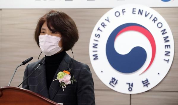 한정애 환경부 장관이 22일 오후 정부세종청사에서 열린 취임식에서 취임사를 하고 있다. ⓒ여성신문·뉴시스