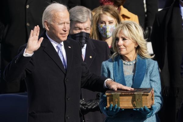 조 바이든 미국 대통령 당선인이 20일(현지시간) 미 의회 의사당에서 부인 질 바이든이 들고 있는 성경에 손을 얹고 존 로버츠 대법원장 앞에서 제46대 미국 대통령 취임 선서를 하고 있다. ⓒ워싱턴=AP/뉴시스