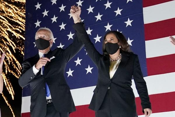 조 바이든 미국 민주당 대통령 후보(왼쪽)와 카멀라 해리스 부통령 후보가 20일(현지시간) 델라웨어주 윌밍턴 체이스 센터 밖에 마련된 무대 위에 올라 환호하는 지지자들을 향해 마주 잡은 손을 치켜올려 보이고 있다. ⓒAP/뉴시스·여성신문