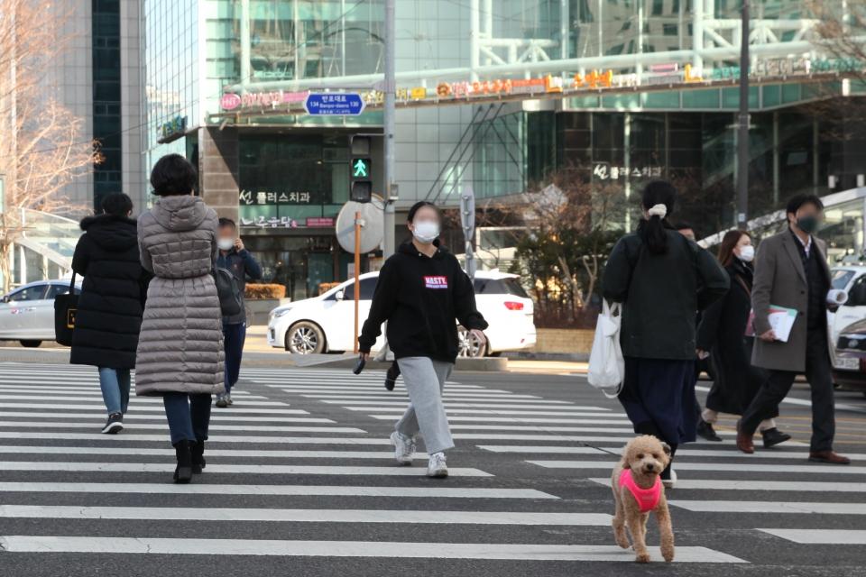 25일 오후 서울 서초구 한 사거리에서 시민들은 발걸음을 옮기고 있다. ⓒ홍수형 기자