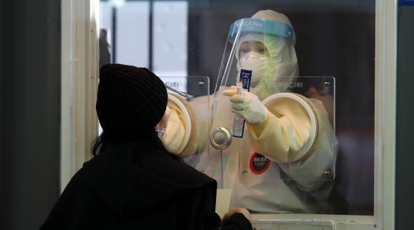 25일 서울역 광장에 설치된 중구 임시 선별검사소에서 의료진이 검체를 채취하고 있다. ⓒ뉴시스·여성신문