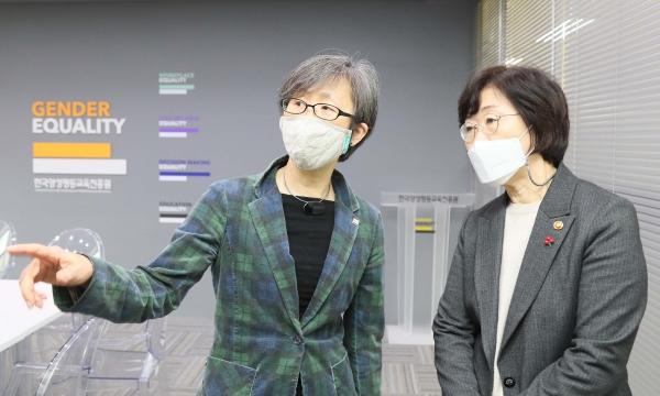 정영애(오른쪽) 여성가족부 장관이 1월 21일 서울 은평구 한국양성평등교육진흥원을 찾아 기관 종사자들을 격려하고 나윤경 원장과 함께 시설을 둘러보고 있다. ⓒ여성가족부