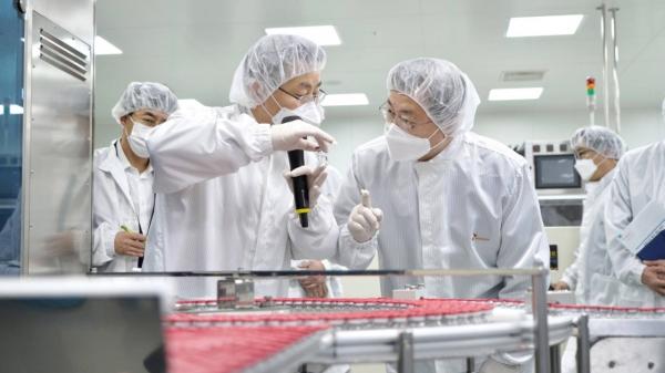 문재인 대통령이 20일 오전 경북 안동시 SK바이오사이언스 공장 코로나19 백신 완제 제조실에서 분류중인 백신을 살펴보고 있다. SK바이오사이언스 공장에서는 아스트라제네카 백신을 위탁생산하고 있다. ⓒ뉴시스