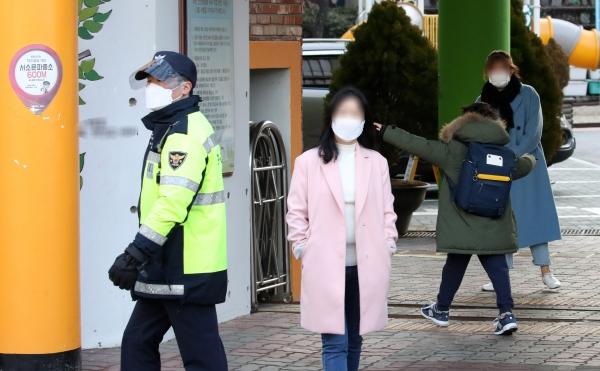 신종 코로나바이러스 감염증(코로나19) 확산으로 크게 줄었던 등교수업이 유아·초등 저학년·특수학교부터 확대되는 27일 오전 서울 중구의 한 초등학교에서 학생들이 등교하고 있다.
