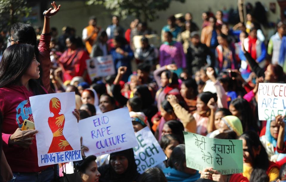 """2019년 12월 3일(현지시간) 인도 뉴델리에서 수의사 집단 성폭행 및 살해 사건에 분노한 시민들이 정의를 요구하는 시위를 벌이며 구호를 외치는 모습. 이들은 """"인도를 강간 국가로 만들지 말라""""""""범인을 사형시켜라"""" 등의 문구가 쓰인 팻말을 들고 시위했다.  ⓒ뉴시스·여성신문"""