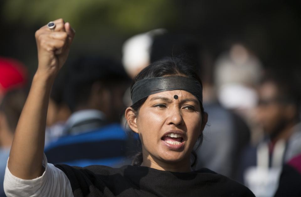 2019년 12월 2일(현지시간) 인도 뉴델리에서 여성에 대한 성폭행 및 살인사건에 분노한 시위가 벌어져 한 여성이 시위 도중 구호를 외치는 모습.  ⓒ뉴시스·여성신문