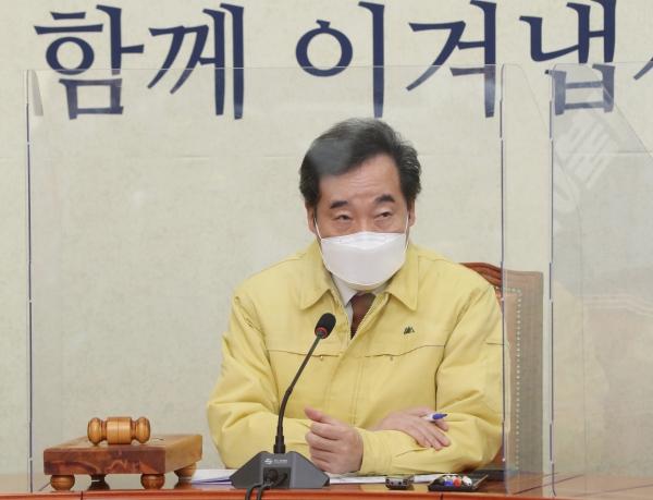 이낙연 더불어민주당 대표가 27일 오전 서울 여의도 국회에서 열린 최고위원회의에서 참석자들의 발언을 듣고 있다. ⓒ공동취재사진