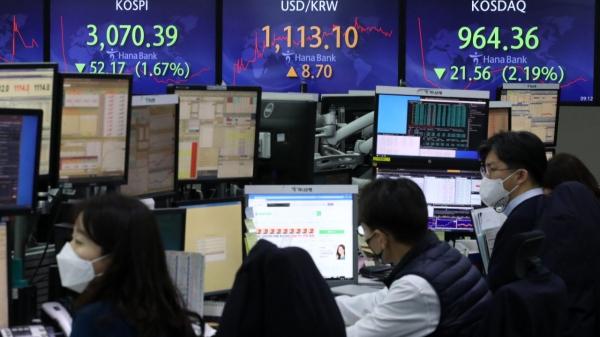 28일 서울 중구 KEB하나은행 딜링룸에서 딜러들이 업무를 보고 있다. ⓒ뉴시스