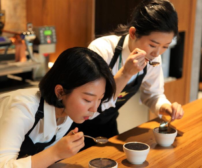 스타벅스 코리아 17대 커피대사로 선발된 전주이(왼쪽) 김성은  ⓒ스타벅스 코리아