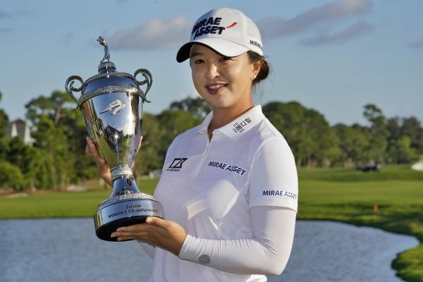 김세영이 22일(현지시간) 미국 플로리다주 벨에어의 펠리컨 골프클럽에서 열린 미 여자프로골프(LPGA) 펠리컨 위민스 챔피언십 우승 트로피를 들어 보이고 있다. ⓒ뉴시스·여성신문