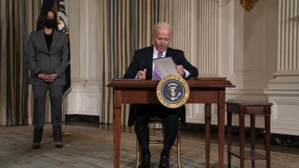 조 바이든 미국 대통령이 현지시간 26일 백악관에서 카멀라 해리스 부통령이 지켜보는 가운데 미국의 인종 형평성 문제에 대한 행정명령에 서명하고 있다. ⓒAP/뉴시스