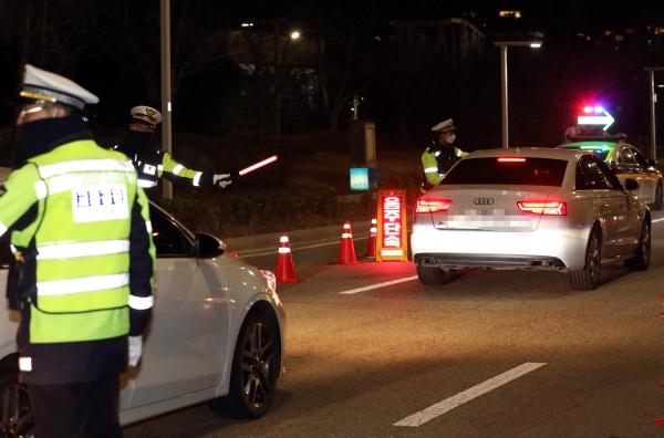 22일 술에 취해 부산 도시고속도로에서 운전한 20대가 음주운전 의심 신고를 받고 출동한 경찰에 붙잡혔다. 사진은 기사와 무관. ⓒ뉴시스·여성신문