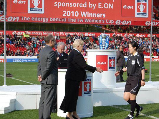 2010년 영국 여자축구 FA컵 결승에 나선 홍은아 주심.  ⓒ대한축구협회