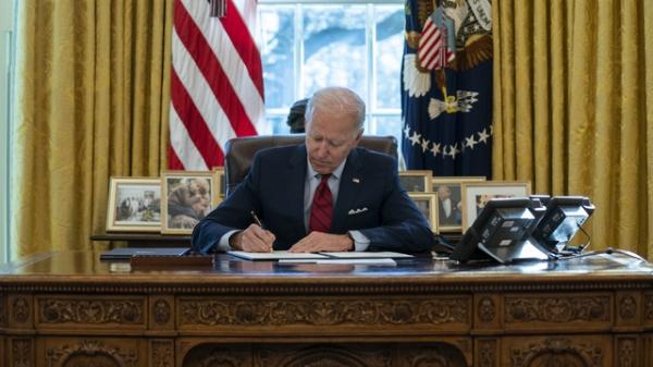 조 바이든 미국 대통령이 워싱턴 백악관 집무실에서 행정명령에 서명하고 있다. ⓒAP/뉴시스